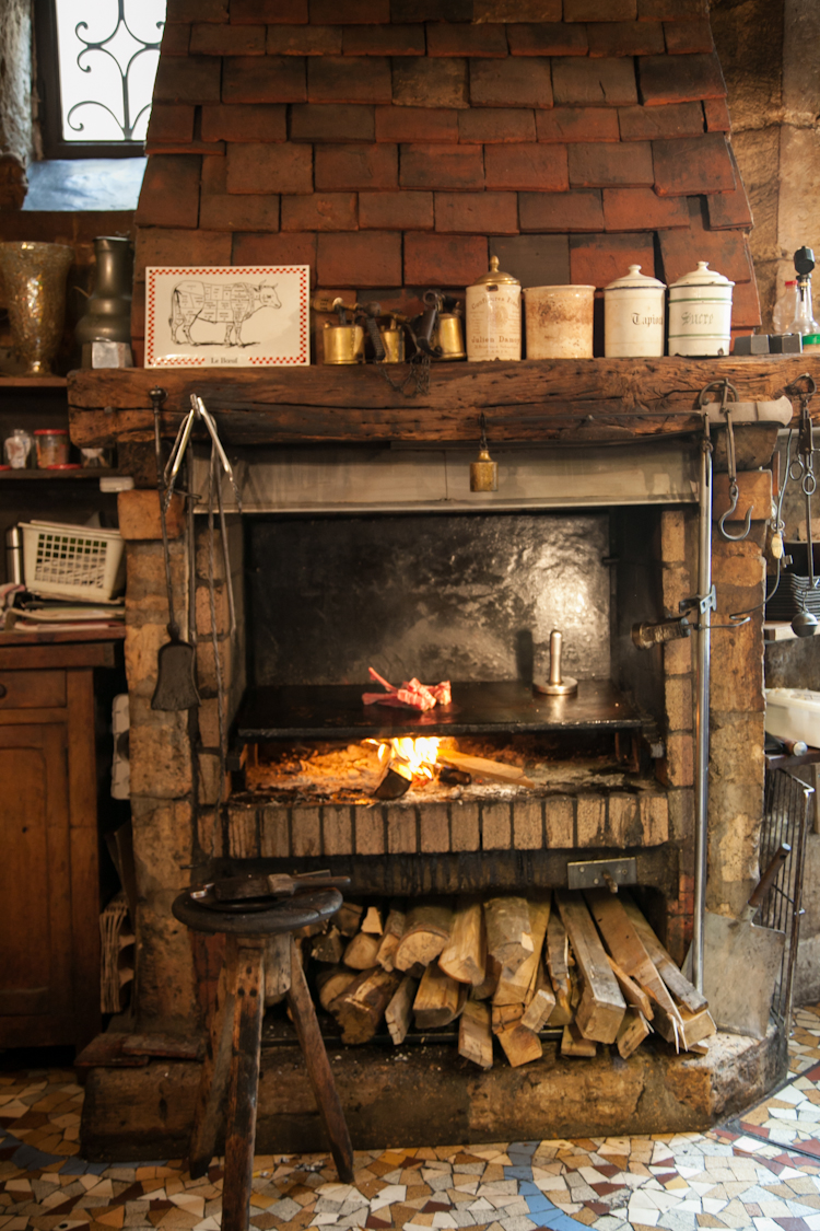Grilling fireplace at Robert et Louise