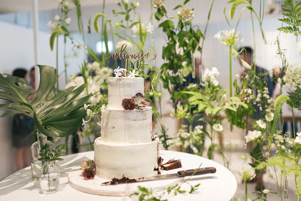 Eaten wedding cake | Journalistic wedding photography